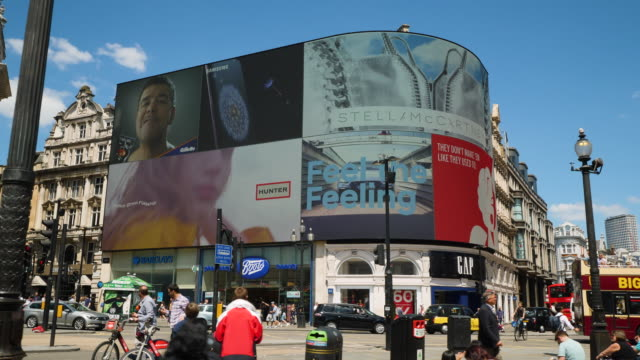 vídeos de stock, filmes e b-roll de side tracking shot across the electronic billboards at piccadilly circus london - cupido