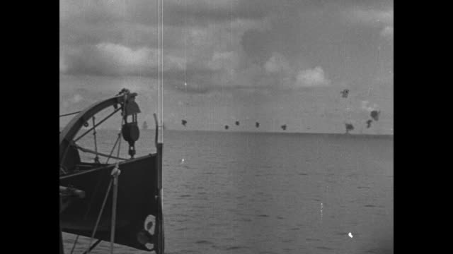 vidéos et rushes de side us destroyer in pacific ocean / planes and navy personnel on flight deck of aircraft carrier / smoke and flak in air during battle / from ship... - vaisseau de guerre