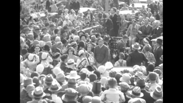 vídeos y material grabado en eventos de stock de side view 84yearold thomas edison sits in passenger seat of car chats with photographer people surround the car / throng of people surrounds edison's... - fort myer