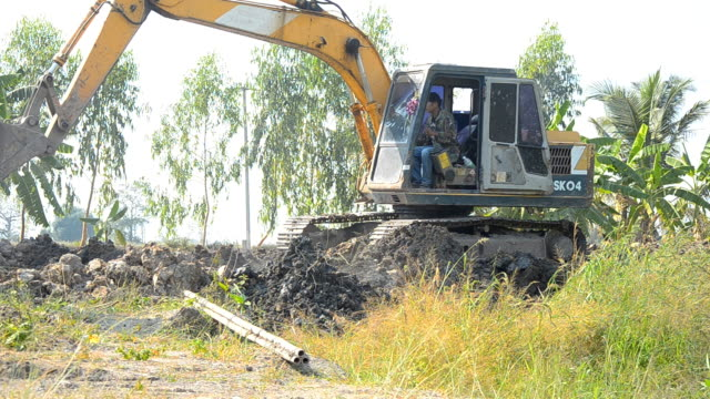 vista laterale: bulldozer è lavoro - pala meccanica video stock e b–roll