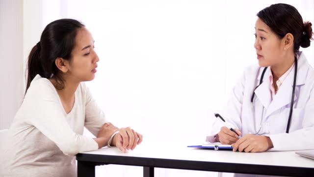 Seitenansicht von Dolly erschossen: Thai schwangere junge Frau treffen japanische Mitte Arzt