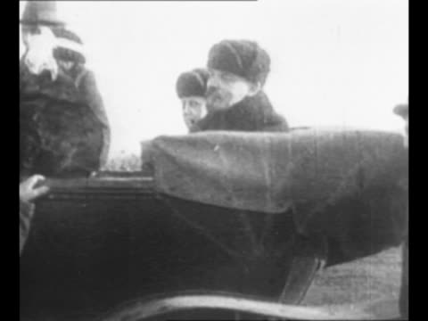 vídeos y material grabado en eventos de stock de side view car bearing revolutionary leader vladimir lenin with his wife nadezhda krupskaya seated next to him and his sister maria ulyanova seated in... - 1917