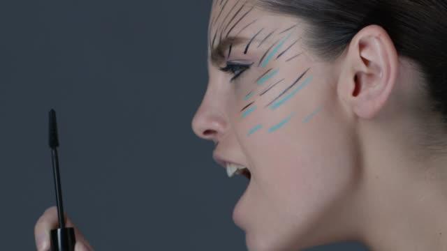 vídeos de stock, filmes e b-roll de lado vista close-up de morena olhar escova de rímel. vídeo de moda. - maquiagem para teatro