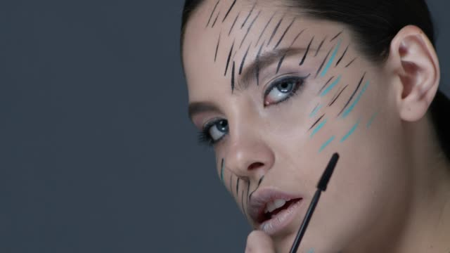 Seite Ansicht Nahaufnahme Brünette Mascara Pinsel zu betrachten. Mode-Video.