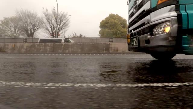 vídeos y material grabado en eventos de stock de vista lateral desde el coche / tormenta de lluvia / placa de proceso de estudio de conducción - vista de costado