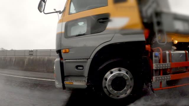 vídeos de stock, filmes e b-roll de vista lateral do carro / torrential rainstorm / placa de processo de estúdio de condução - caminhão