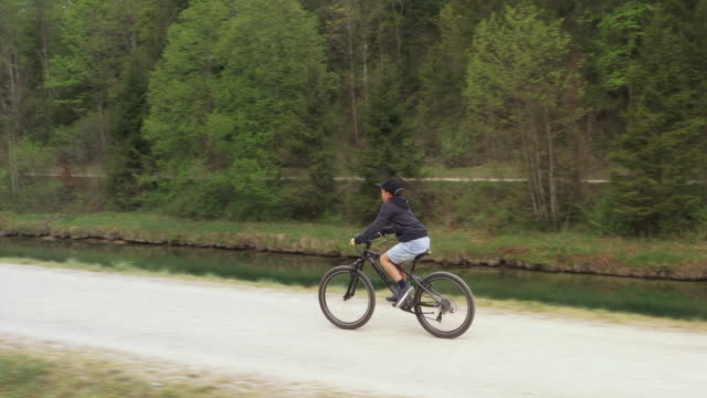 side view of a boy biking on a trail - 8 9 years stock videos & royalty-free footage