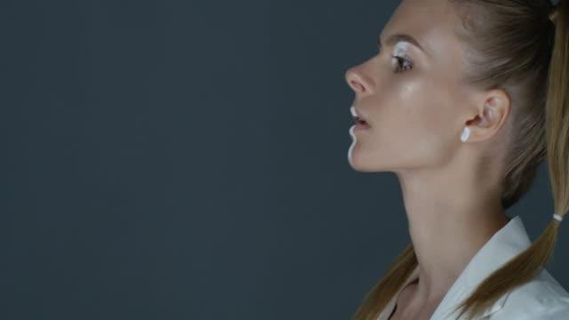 vidéos et rushes de vue latérale d'un mannequin montrant des expressions faciales. mode vidéo. - tongue
