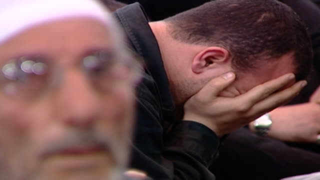 vídeos y material grabado en eventos de stock de side view of a man overcome by grief, holding his head in his hands, during the ashura commemoration organised by hezbollah in dahieh, the southern... - ashura