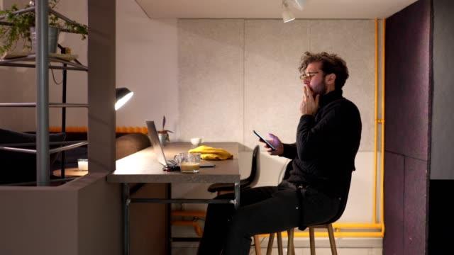 vídeos de stock e filmes b-roll de side view of a tired freelance worker - bocejar