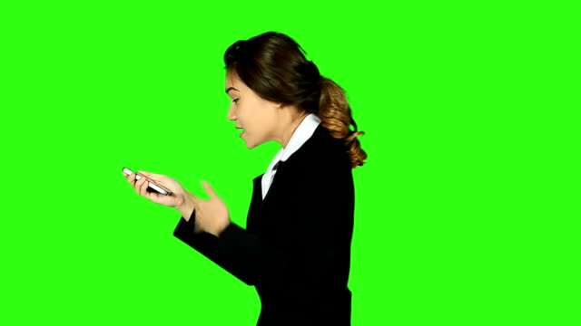 stockvideo's en b-roll-footage met side view of business woman arguing on the phone - keyable