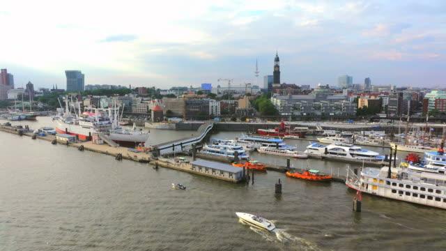 ws side pov view of elbe river to binnenhafen and vorsetzen / hamburg, germany - porto marittimo video stock e b–roll