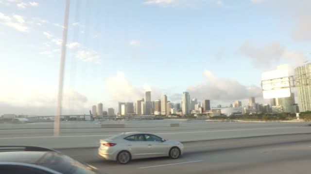 vídeos y material grabado en eventos de stock de side view of morning highway driving in miami - vista de costado