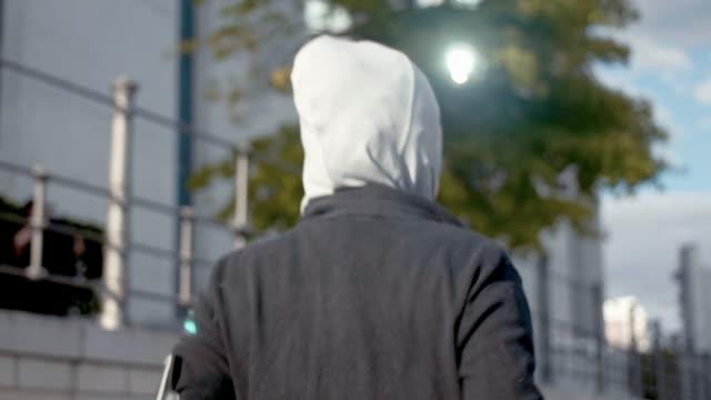 vídeos de stock, filmes e b-roll de vista lateral de uma mulher muçulmana no esporte hijab executando (câmera lenta) - vestuário modesto