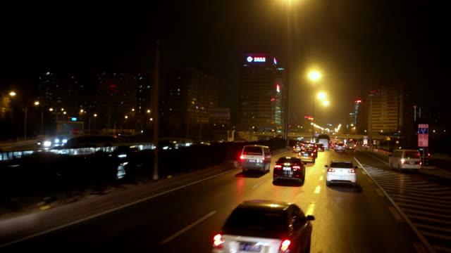 POV lado vista de condução nocturna em Pequim, China