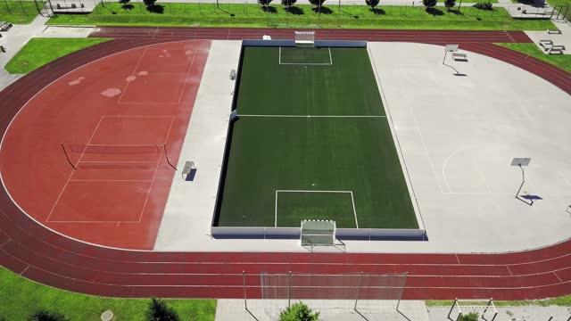 晴れた日のスポーツスタジアムのサイドビュー - 球技場点の映像素材/bロール