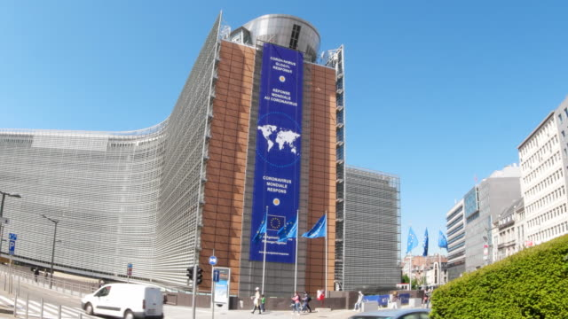 side view of the european commission building with a new banner installed mentioning the global response to coronavirus may 6 2020 in brussels... - europäische kommission stock-videos und b-roll-filmmaterial
