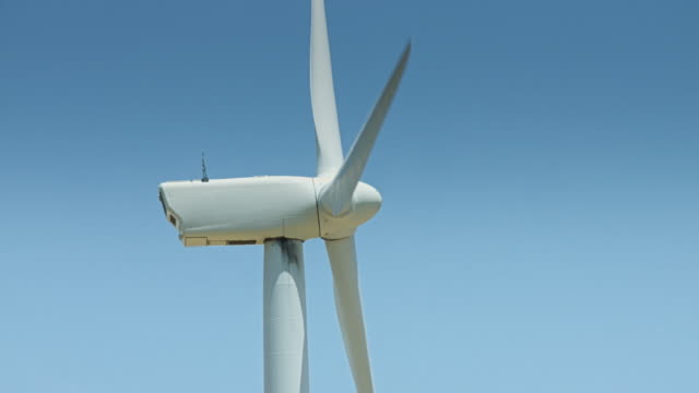 side view of wind turbine - profilo vista laterale video stock e b–roll