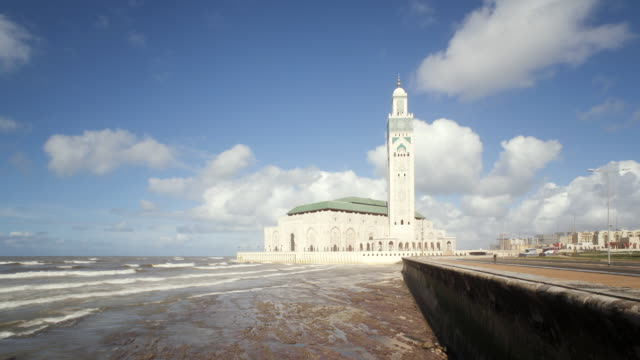 vídeos de stock, filmes e b-roll de ws t/l  side view of  world's third largest mosque of hassan ii  / casablanca, morocco - local religioso