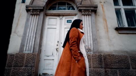 vídeos y material grabado en eventos de stock de vista lateral de la mujer joven va a trabajar - cabello negro
