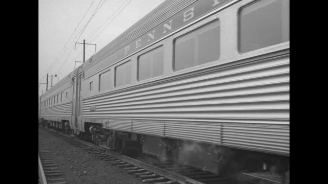 "vidéos et rushes de side view train moves slowly down tracks, one car has words ""george washington"" on it / caboose with ""the congressional"" on back door / tilt angle... - pennsylvanie"