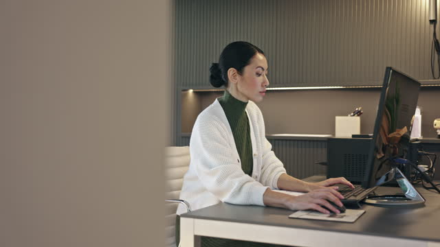 Side View Vidéo de Mid Adult Asian Professional Working at her Desk