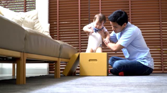 若い父親と息子の間側ビューの週末の活動 - 生後18ヶ月から23ヶ月点の映像素材/bロール