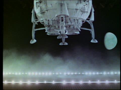 vídeos y material grabado en eventos de stock de sideview of spherical spaceship landing / moon in background - nave espacial