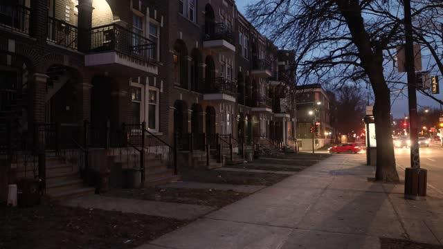 stockvideo's en b-roll-footage met stoep bij nacht in een woondistrict van montreal - stadswoning