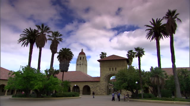 vidéos et rushes de a sidewalk leads to the quad and hoover tower at stanford university in california. - campus