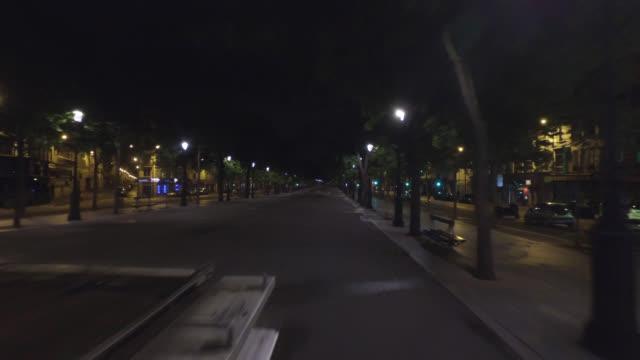 vidéos et rushes de sidewalk without people, boulevard richard-lenoir, 75011 paris. april 30, 2020 in paris, france. - trottoir