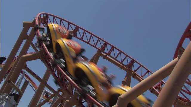 sidewinder roller coaster loops around knott's berry farm theme park - achterbahn stock-videos und b-roll-filmmaterial