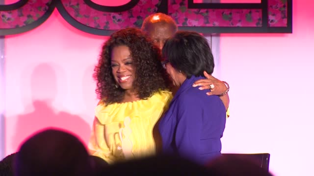 vídeos y material grabado en eventos de stock de sidney poitier and oprah winfrey at the 7th annual essence black women in hollywood luncheon at beverly hills hotel on february 27 2014 in beverly... - sidney poitier