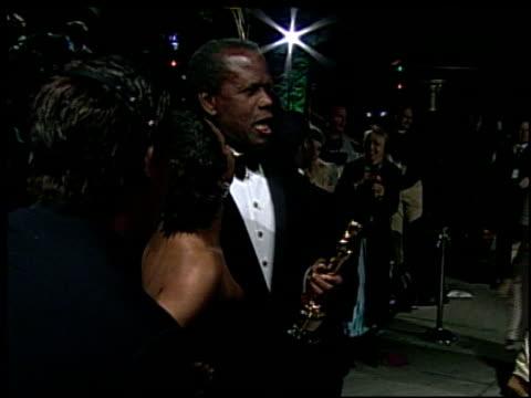 vídeos de stock e filmes b-roll de sidney poitier at the 2002 academy awards vanity fair party at morton's in west hollywood, california on march 24, 2002. - festa do óscar