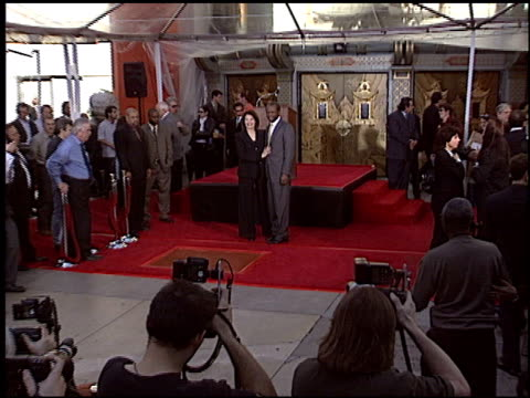 vídeos y material grabado en eventos de stock de sidney poitier at the dedication of sherry lansing's footprints at grauman's chinese theatre in hollywood california on february 16 2005 - sidney poitier