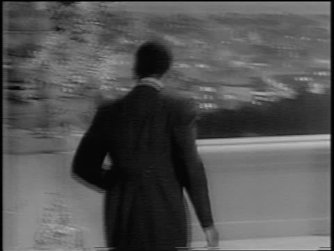 sidney poitier walking onstage + accepting academy award from anne bancroft / newsreel - anne bancroft点の映像素材/bロール