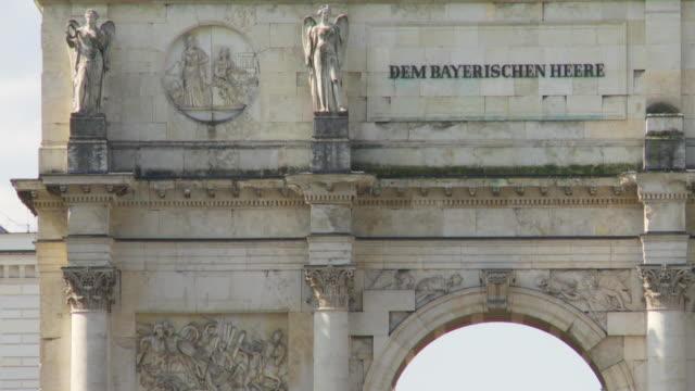 stockvideo's en b-roll-footage met ms tilt up siegestor (victory gate) in munich - vrouwelijke gestalte