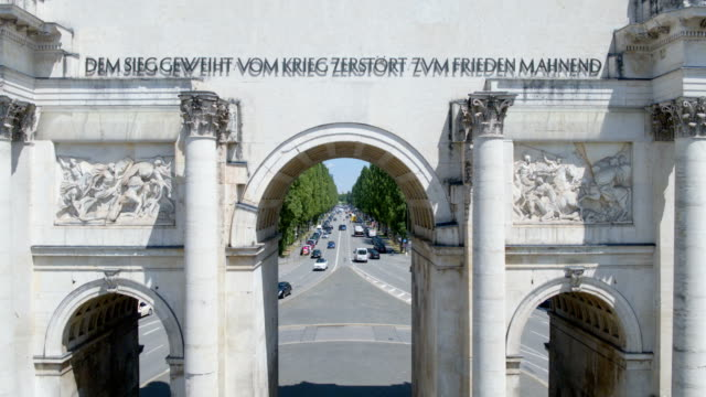 siegestor münchen, victory gate munich, close flight from behind siegestor to leopoldstraße - arco architettura video stock e b–roll