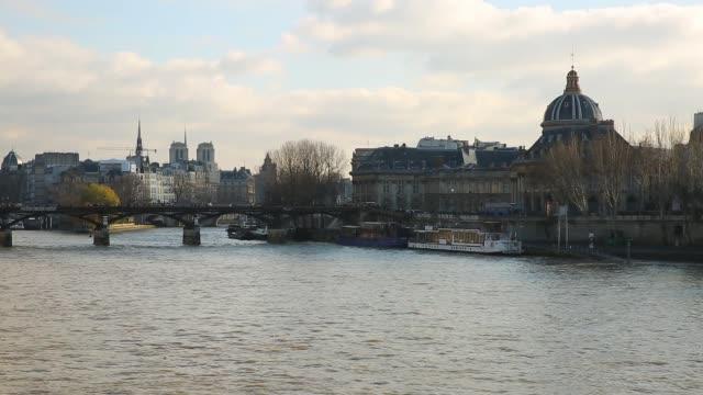 vidéos et rushes de fleuve de sienne à paris, france - admirer le paysage