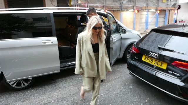 vídeos y material grabado en eventos de stock de sienna miller at bbc radio 2 at celebrity sightings in london on october 09, 2019 in london, england. - bbc radio
