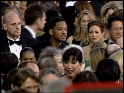 stockvideo's en b-roll-footage met sienna miller at the 2004 academy awards arrivals at the kodak theatre in hollywood, california on february 29, 2004. - 76e jaarlijkse academy awards