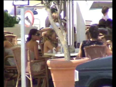 sienna miller has lunch with her new boyfriend the dj george baker and some friends in ibiza beach this is the first appearance of the actress with... - comida stock videos & royalty-free footage