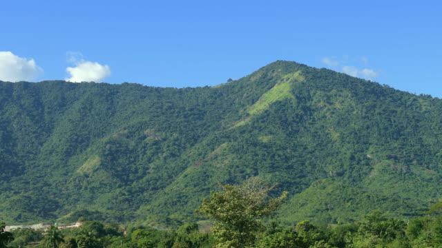 sierra maestra mountain range, santiago de cuba, cuba - luogo d'interesse locale video stock e b–roll