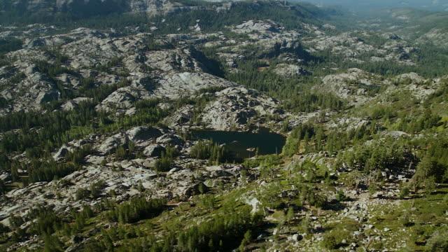 vídeos y material grabado en eventos de stock de sierra nevada landscape with granite outcrops and lake - sierra nevada de california