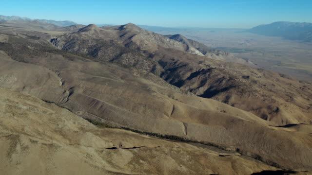 stockvideo's en b-roll-footage met sierra nevadas, flying towards sugarloaf and round mountain. - californian sierra nevada
