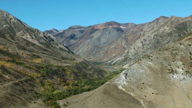 vidéos et rushes de sierra valley landscape with first showings of autumn color, mono county, california. - dépression terrestre