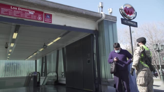 stockvideo's en b-roll-footage met siete comunas de santiago y dos de la región de valparaíso iniciaron el martes el desconfinamiento después de que algunas permanecieran en cuarentena... - transporte
