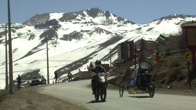 siete peculiares vehiculos recorrieron el viernes el primer tramo de la carrera desafio cero, con la que chile busca potenciar el desarrollo de... - transporte stock videos & royalty-free footage