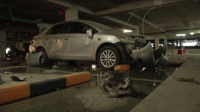 siete personas entre ellas una nina italiana resultaron ligeramente heridas al estallar un coche bomba en el estacionamiento de un centro comercial - centro comercial stock videos & royalty-free footage