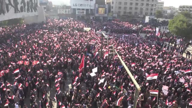 vídeos de stock, filmes e b-roll de siete personas murieron en un enfrentamiento entre la policia y manifestantes durante una protesta en bagdad que exigia la reforma del sistema... - irak